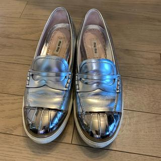 ミュウミュウ(miumiu)のミュウミュウ   シルバー ローファー スリッポン(ローファー/革靴)
