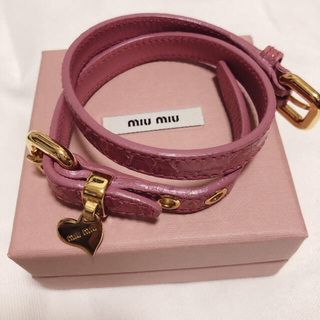 ミュウミュウ(miumiu)のmiumiu 2連ブレスレット クロコ押し レザー 美品 ピンク(ブレスレット/バングル)