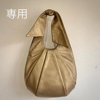 シビラ(Sybilla)の美品★交渉可シビラのレザーショルダーバッグ日本製リボンシャンパンゴールド(ショルダーバッグ)