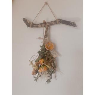 流木ハンガーにオレンジのバラとドライオレンジのスワッグ(ドライフラワー)
