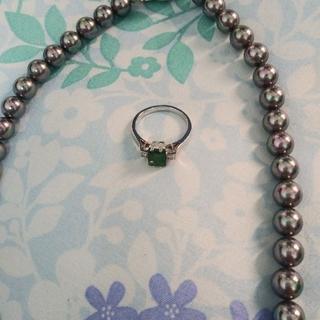 最終価格3点真珠ネックレス、エメラルド指輪、ブローチ(リング(指輪))