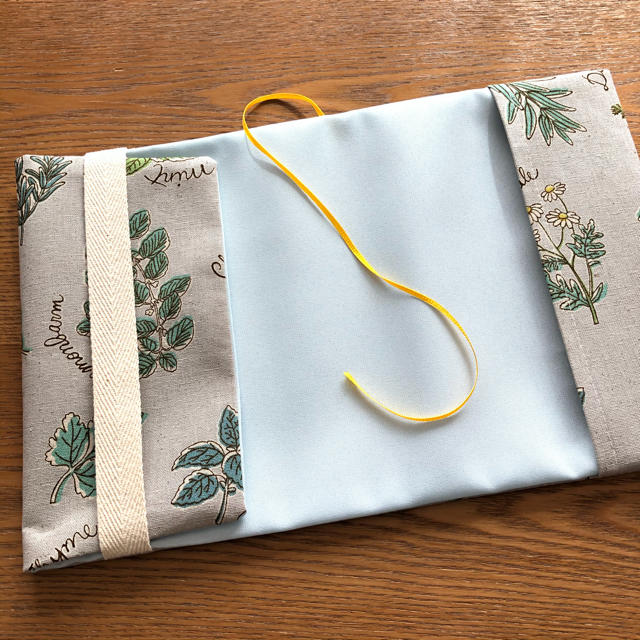 ブックカバー 単行本サイズ 北欧調 グリーンハーブ ライトグレー ハンドメイドの文具/ステーショナリー(ブックカバー)の商品写真