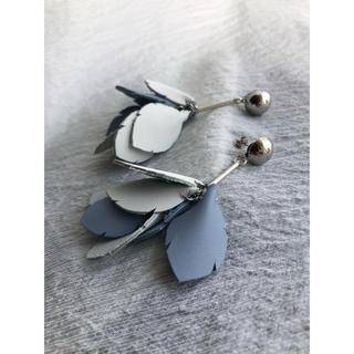 トーガ(TOGA)の20-012  pierce 白×水色(ピアス)