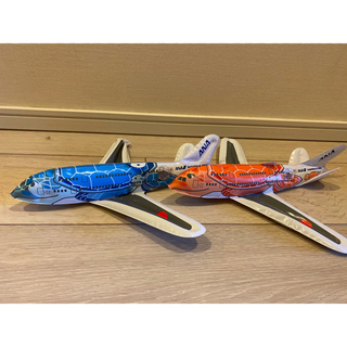 エーエヌエー(ゼンニッポンクウユ)(ANA(全日本空輸))のANA 飛行機おもちゃ オレンジとブルー2機 搭乗 亀 ディズニーカレンダー付き(航空機)