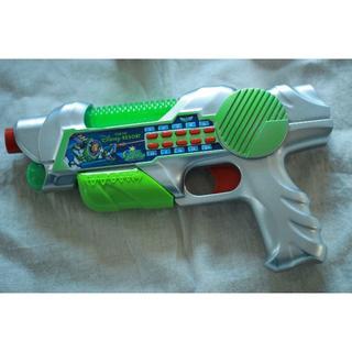 ディズニー(Disney)のバズライトイヤーの銃とお祭りで購入した銃(ホビーラジコン)