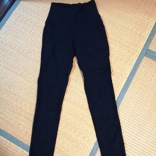 黒パンツ(スキニーパンツ)