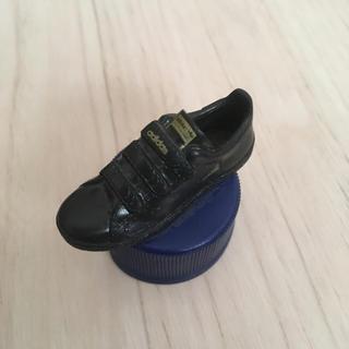 アディダス(adidas)のアディダス☆スニーカー☆黒☆ペットボトルキャップ☆ペプシ☆送料込み(ノベルティグッズ)