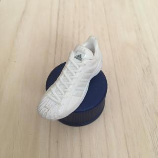アディダス(adidas)のアディダス☆スニーカー☆白☆ホワイト☆ペットボトルキャップ☆ペプシ☆送料込み(ノベルティグッズ)
