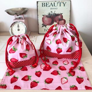 アイ(i)のイチゴ柄(ピンク)🍓お弁当袋・コップ袋・ランチョンマット3点セット[入園入学](ランチボックス巾着)