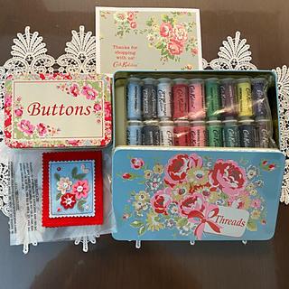 キャスキッドソン(Cath Kidston)のキャキッドソン 缶入り縫糸セット、ボタン缶、刺繍フェルト針入れ3点 希少品 新品(生地/糸)