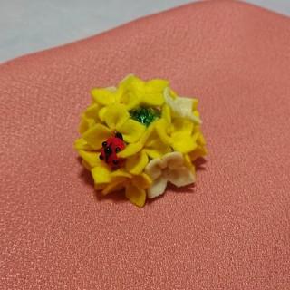 菜の花のブローチ フェルト ちりめん ハンドメイド(コサージュ/ブローチ)