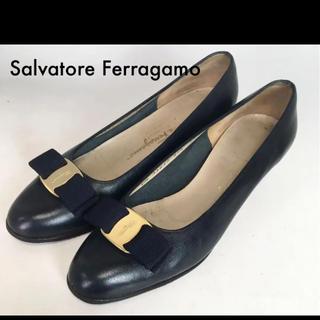サルヴァトーレフェラガモ(Salvatore Ferragamo)のゴールドリボン ブラック黒サルヴァトーレフェラガモ ヴァラパンプス(ハイヒール/パンプス)