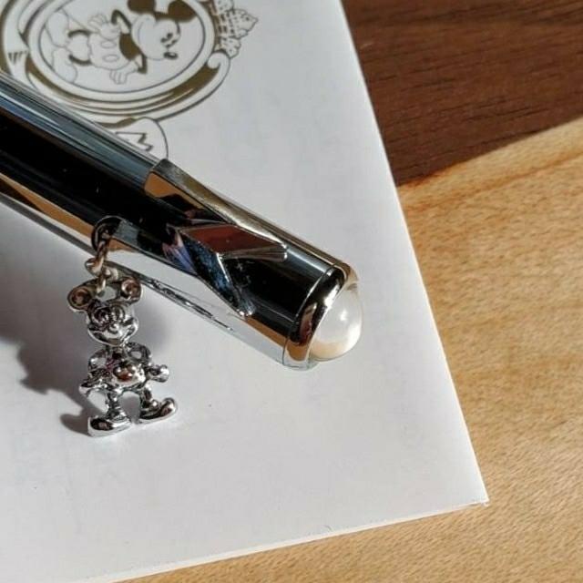 Disney(ディズニー)のミッキー ボールペン ミッキーチャーム付き シルバー色 一本 新品未使用品 インテリア/住まい/日用品の文房具(ペン/マーカー)の商品写真