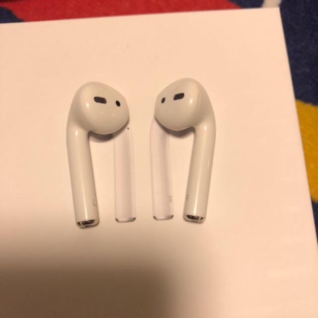 Apple(アップル)のApple AirPods 第2世代 MV7N2J/A スマホ/家電/カメラのオーディオ機器(ヘッドフォン/イヤフォン)の商品写真