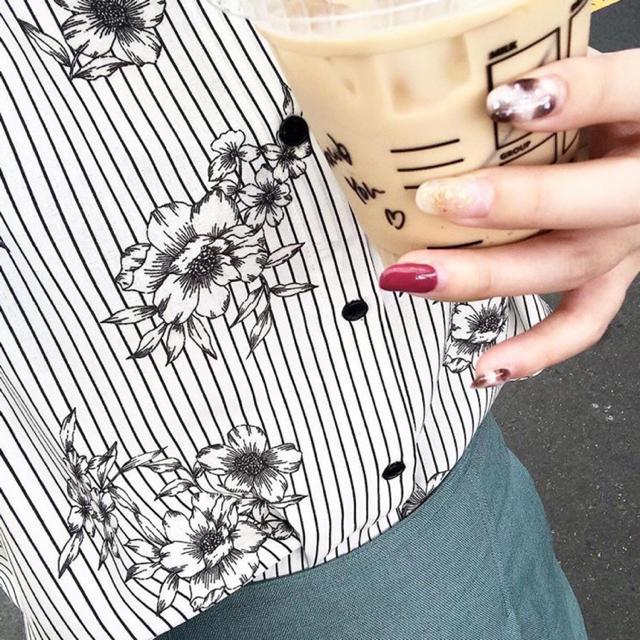 IENA(イエナ)のIENA ストライプフラワーノースリーブシャツブラウス レディースのトップス(シャツ/ブラウス(半袖/袖なし))の商品写真