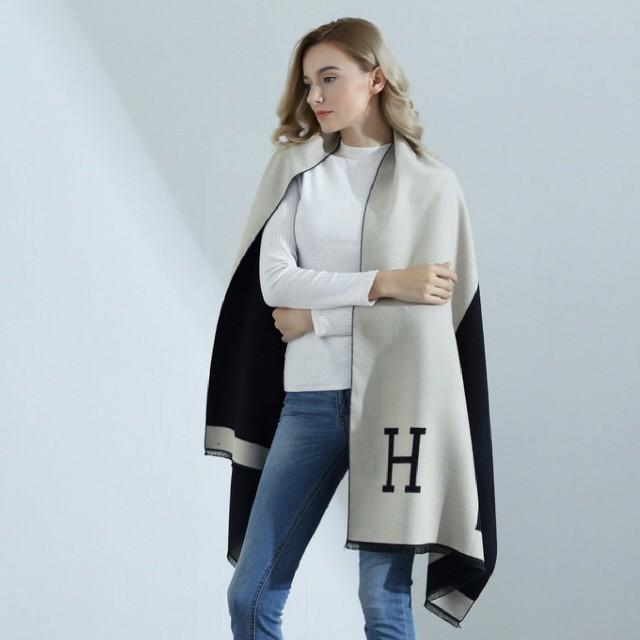 新品 Hロゴ 大判ストール マフラー カシミヤライク  レディースのファッション小物(マフラー/ショール)の商品写真
