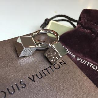 ルイヴィトン(LOUIS VUITTON)の☆未使用品☆ルイヴィトン  スカーフリング キューブ シルバー(リング(指輪))
