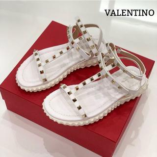 ヴァレンティノ(VALENTINO)の1299 美品 ヴァレンティノ ロックスタッズ サンダル 白(サンダル)