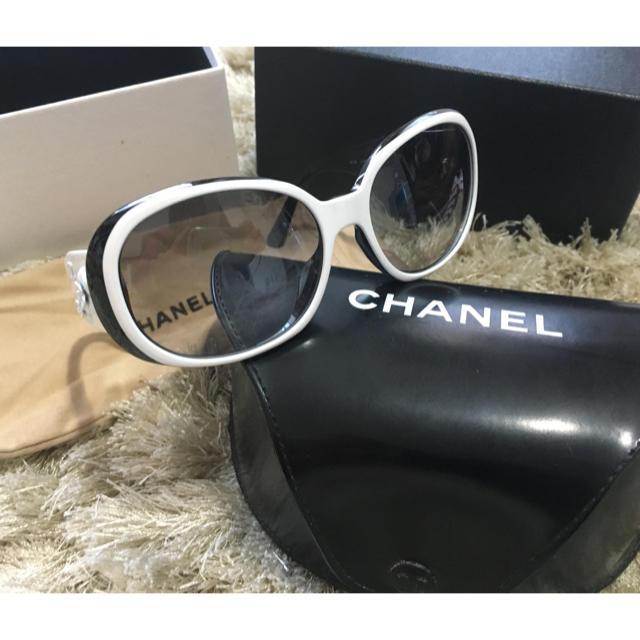 CHANEL(シャネル)のCHANEL サングラス カメリア 白×黒 レディースのファッション小物(サングラス/メガネ)の商品写真