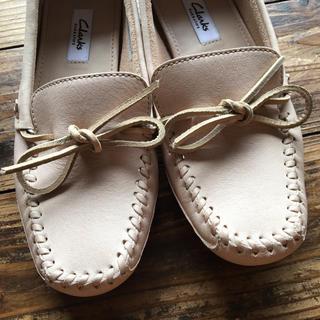 クラークス(Clarks)のクラークスのベージュモカシン ローファー本革春靴(スリッポン/モカシン)
