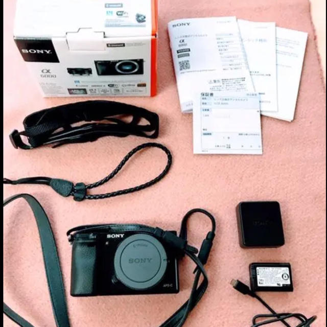 SONY(ソニー)の【美品】SONY α6000 ミラーレスボディ+ 純正ストラップ2種 スマホ/家電/カメラのカメラ(ミラーレス一眼)の商品写真