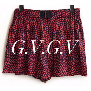 ジーヴィジーヴィ(G.V.G.V.)のG.V.G.V【美品】黒×赤 マルチ総柄 キュロット ショートパンツ(ショートパンツ)