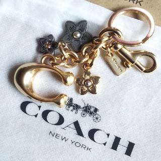 コーチ(COACH)の新品 COACH コーチロゴ ゴールド フラワー  チャーム キーホルダー(チャーム)