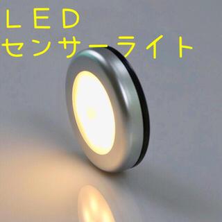 人感センサーライト 電球色 シルバー 1個 電池式 LEDライト