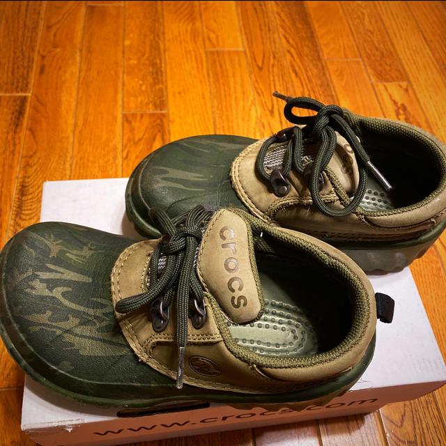 crocs(クロックス)の希少❤︎クロックス crocs  サンダル グリーン カモフラ(M2/W4) キッズ/ベビー/マタニティのキッズ靴/シューズ(15cm~)(スニーカー)の商品写真