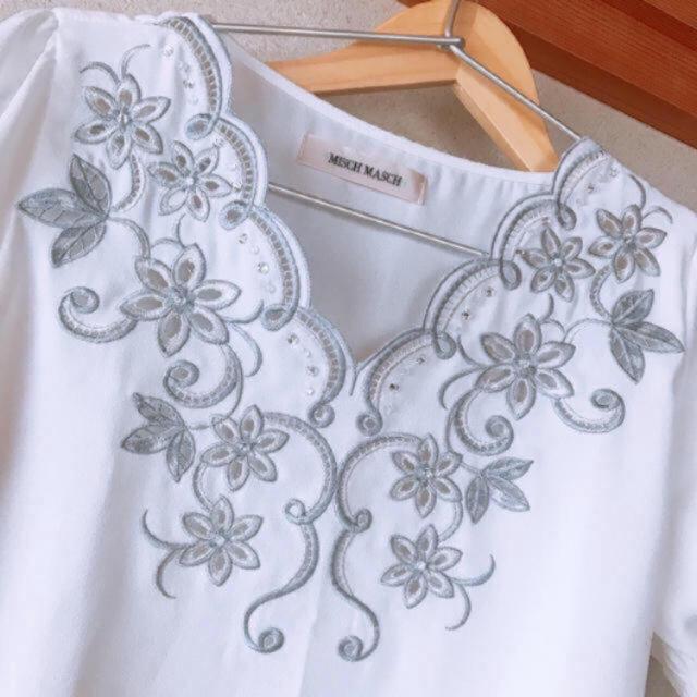 MISCH MASCH(ミッシュマッシュ)の花刺繍ブラウス  Vネック スカラップ レディースのトップス(シャツ/ブラウス(半袖/袖なし))の商品写真