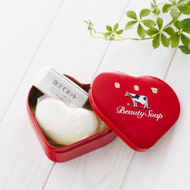 牛乳石鹸(ギュウニュウセッケン)の牛乳石鹸 カウブランド 赤箱 ハート缶[ホワイトデイのお返しにぴったり] コスメ/美容のボディケア(ボディソープ/石鹸)の商品写真