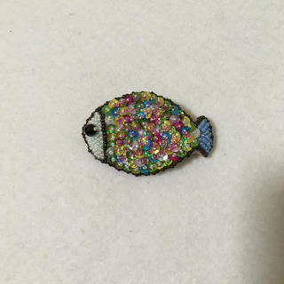 カラフルスパンコールお魚ブローチ(コサージュ/ブローチ)