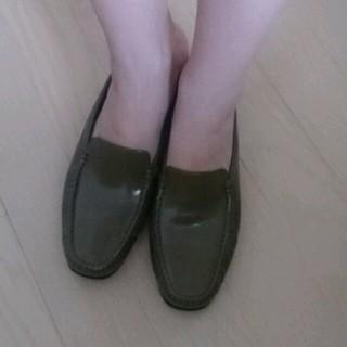 トッズ(TOD'S)のトッズ カーキ ローファー 21.5cm(ローファー/革靴)