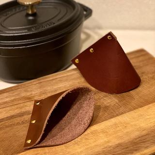 ストウブ(STAUB)の本革 三角鍋つかみ ストウブ ココット、ルクルーゼ(キッチン小物)