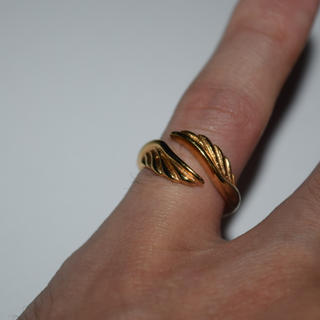 フェザー リング 指輪 9号 ゴールド ステンレス 316L 美品 レディース(リング(指輪))