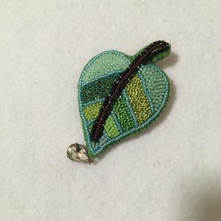 葉っぱのビーズ刺繍ブローチ(コサージュ/ブローチ)