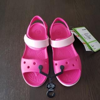 クロックス(crocs)の【新品】crocs サンダル ピンク 19cm(サンダル)