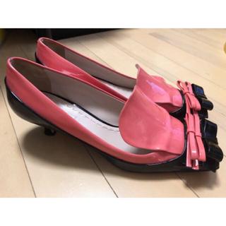 ミュウミュウ(miumiu)のmiu miu リボンパンプス 39 25.5 エナメル ピンク ブラック(ハイヒール/パンプス)