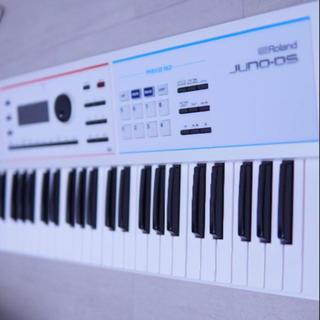 ローランド(Roland)の美品 Roland JUNO-DS 61 ソフトケース・ダンパーペダル付属(キーボード/シンセサイザー)