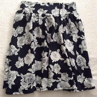 マジェスティックレゴン(MAJESTIC LEGON)の【新品未使用】マジェスティックレゴン   スカートパンツ ★ 花柄 ブラック(ひざ丈スカート)