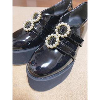 エブリン(evelyn)のevelyn パールバックル厚底シューズ(ローファー/革靴)