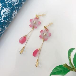 きらきらビーズ と小さい桜のピアス イヤリング(ピアス)
