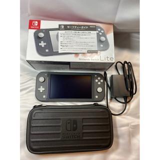 ニンテンドースイッチ(Nintendo Switch)のNintendo Switch Lite グレー 専用ケース付き (225)(携帯用ゲーム機本体)