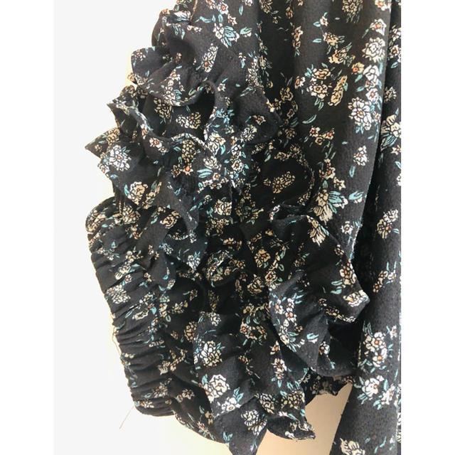 NICE CLAUP(ナイスクラップ)の(ナイスクラップ)花柄肩フリルブラウス レディースのトップス(シャツ/ブラウス(半袖/袖なし))の商品写真