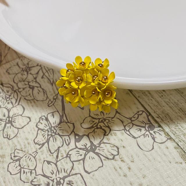 flower(フラワー)のNo.33 オシャレ フラワー 花 フープピアス イエロー 黄色 パステルカラー レディースのアクセサリー(ピアス)の商品写真