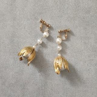 リリーブラウン(Lily Brown)の真鍮 ゴールド フラワー コットンパール ブラス 大ぶり イヤリング / ピアス(イヤリング)