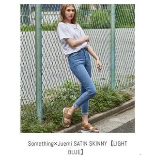 サムシング(SOMETHING)のJUEMI SATIN SKINNY【LIGHT BLUE】(デニム/ジーンズ)