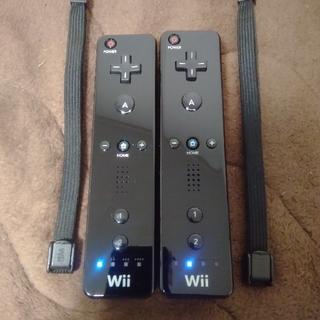 ウィー(Wii)のWiiリモコン黒2本 ストラップ付(家庭用ゲーム機本体)