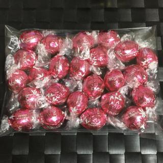 リンツ(Lindt)のLINDT LINDOR リンツ リンドール ストロベリー24個(菓子/デザート)