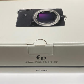 シグマ(SIGMA)のSIGMA FP レンズキット 新品同様 グリップ、保護フィルム付き!(ミラーレス一眼)